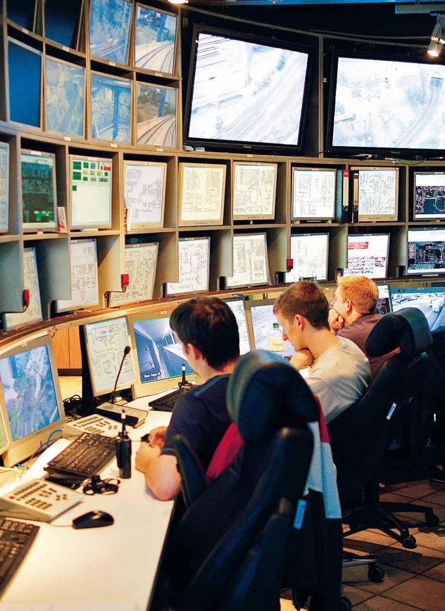 Drei Männer, unzählige BildschirmeDie Schaltzentrale ist das digitale Herzstück des Miniatur Wunderlands. Hier wird der Schienenverkehr gesteuert
