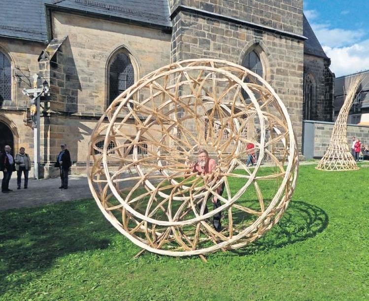 Mehr als Körbe: Diese geflochtenen Skulpturen schmückten im vergangenen Jahr die Wiese vor der Stadtpfarrkirche. Fotos: A. Herzog