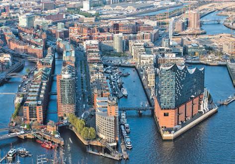 Der neue architektonische Mittelpunkt Hamburgs: die auf drei Seiten von Wasser umgebene Elbphilharmonie in der HafenCity. Fotos: www.mediaserver.hamburg.de/Andreas Vallbracht