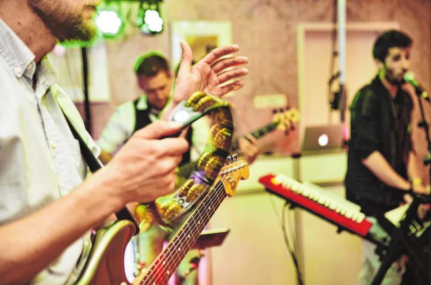 Viele Paare finden, dass nur die Livemusik einer Band zu einer stilvollen Feier passt . . . BILD: BILDERSTOECKCHEN/STOCK.ADOBE.COM