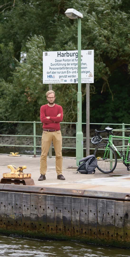 Auf Umwegen zum Blind Date: Anjes Tjarks steckte im Termin fest und wartet mit Rad und Rucksack am Harburger Anleger