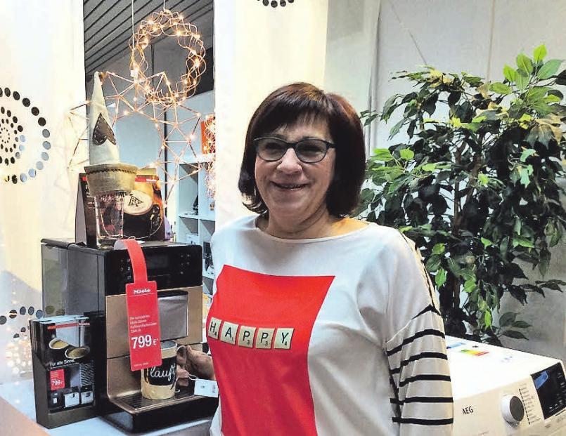 Ellen Schmidt zeigt den neuen, innovativen Miele-Kaffeevollautomaten.