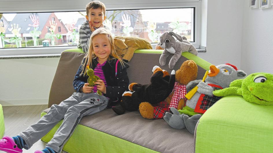 In jeder Gruppe gibt es auch ein farbenfrohes Entdecker-Sofa: das finden Adrian und Mia (v.l.) von der Frösche-Gruppe besonders toll.
