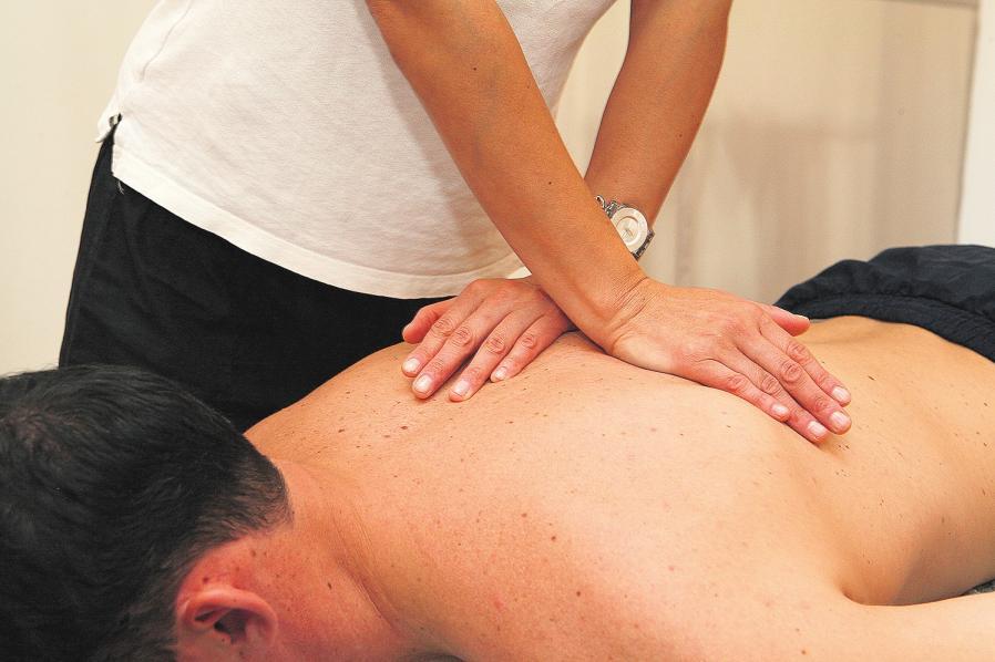 Wenn Hände heilen: Manuelle Therapie ist eine Unterform der Physiotherapie. Physiotherapeuten brauchen dafür eine zusätzliche Qualifikation. FOTO: DPA