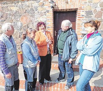 Im Sommer 2012 freute sich Ortsvorsteherin Sabine Acksteiner (3.v.l.) über die Gemeindehelfer