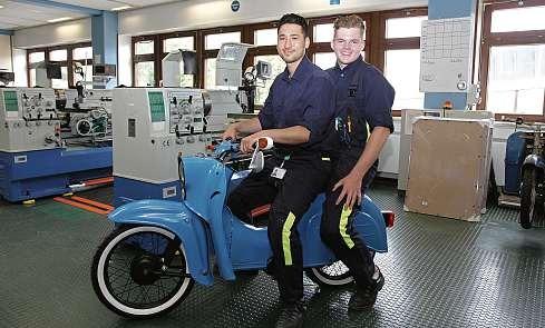 """Die alte """"Schwalbe"""" hat einen elektrischen Antrieb bekommen: Jawid Oruzgani und Mika Glasik (v.li.) haben das Projekt verantwortlich betreut. FOTO: BRITT MIELKE, STADTWERKE KIEL AG"""