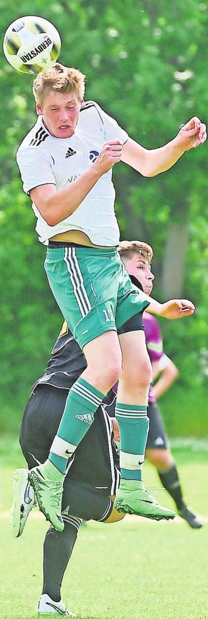 Nils Klein (beim Kopfball) ist Arminia Vechelde treu geblieben. Er tritt mit seinem Team zum Bezirksliga-Auftakt beim SC Rot-Weiß Volkmarode an. ISABELL MASSEL