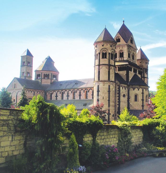 Imposant erhebt sich der sakrale Bau. Ein Besuch lohnt längst nicht nur für Kirchgänger. Foto: Benediktinerabtei
