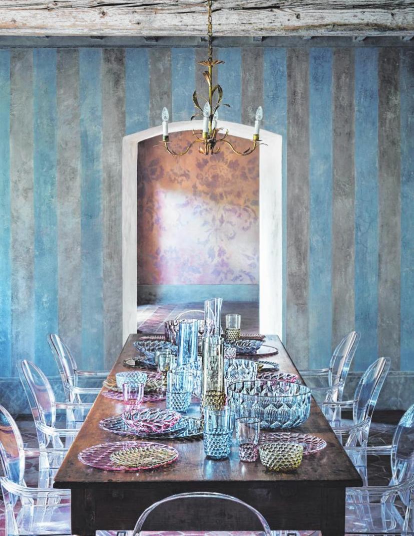 Der moderne Landhausstil kennt auch traditionelle Elemente. Geschirr etwa, das an die alten Kristallgläser von Oma erinnert, erlebt derzeit ein Comeback.