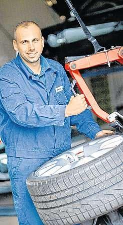 Danny Ganzel bei der Montage von Runflat-Reifen.