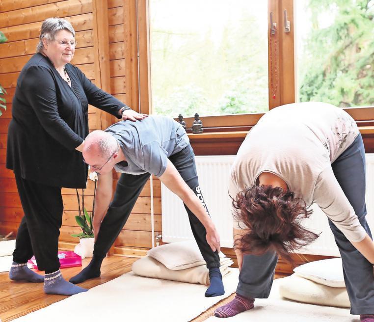 Mandala-Institut in Gifhorn: Christa-Maria Gerigk gibt den Teilnehmern des Yoga-Kurses Hilfestellung. SEBASTIAN PREUSS