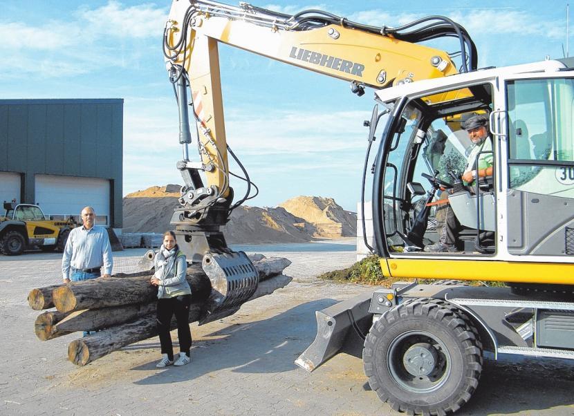 Übersichtliche Anlieferung oder Abholung: Gunnar Müller (l.), Annika Kubon und Oliver Kubon präsentieren das neu gepflasterte Firmengelände. FOTO: BERND GERWANSKI