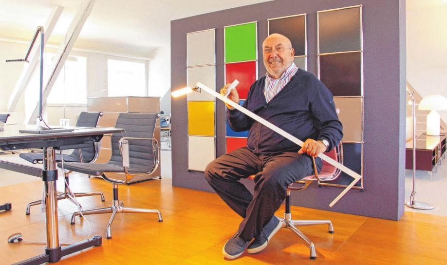 Otto Schieber, Geschäftsführer von Schieber Werkstätten, präsentiert eine innovative, weil kabellose LED-Leuchte der Marke Nimbus. FOTO: MS