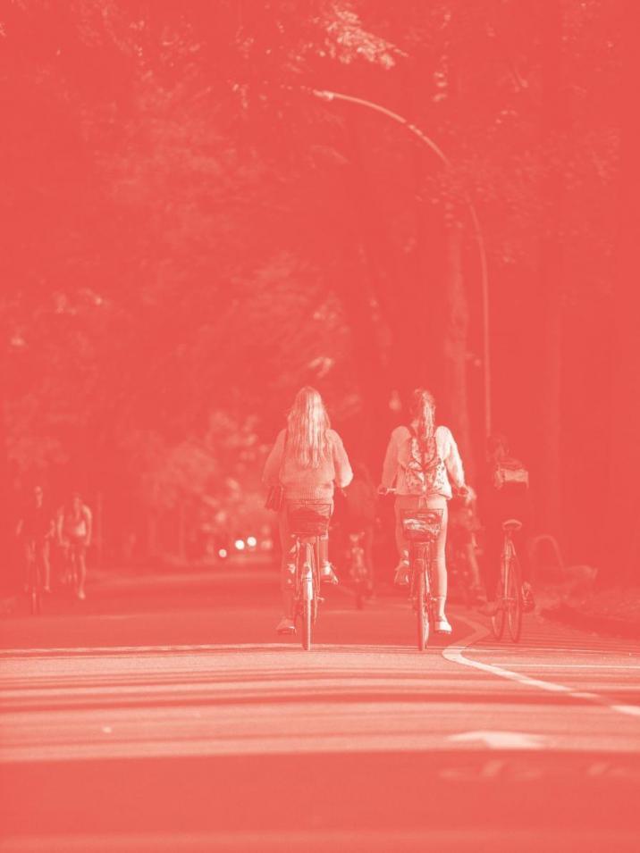 Auf der viel befahrenen Veloroute 4, die von der Innenstadt bis Langenhorn führt, sollte man natürlich einen Fahrradhelm tragen! Aber fürs Foto sah's einfach besser ohne aus. So fuhren unsere Models Lisa-Marie und Luna hin und her – so lange, bis auch dieses Bild im Kasten war