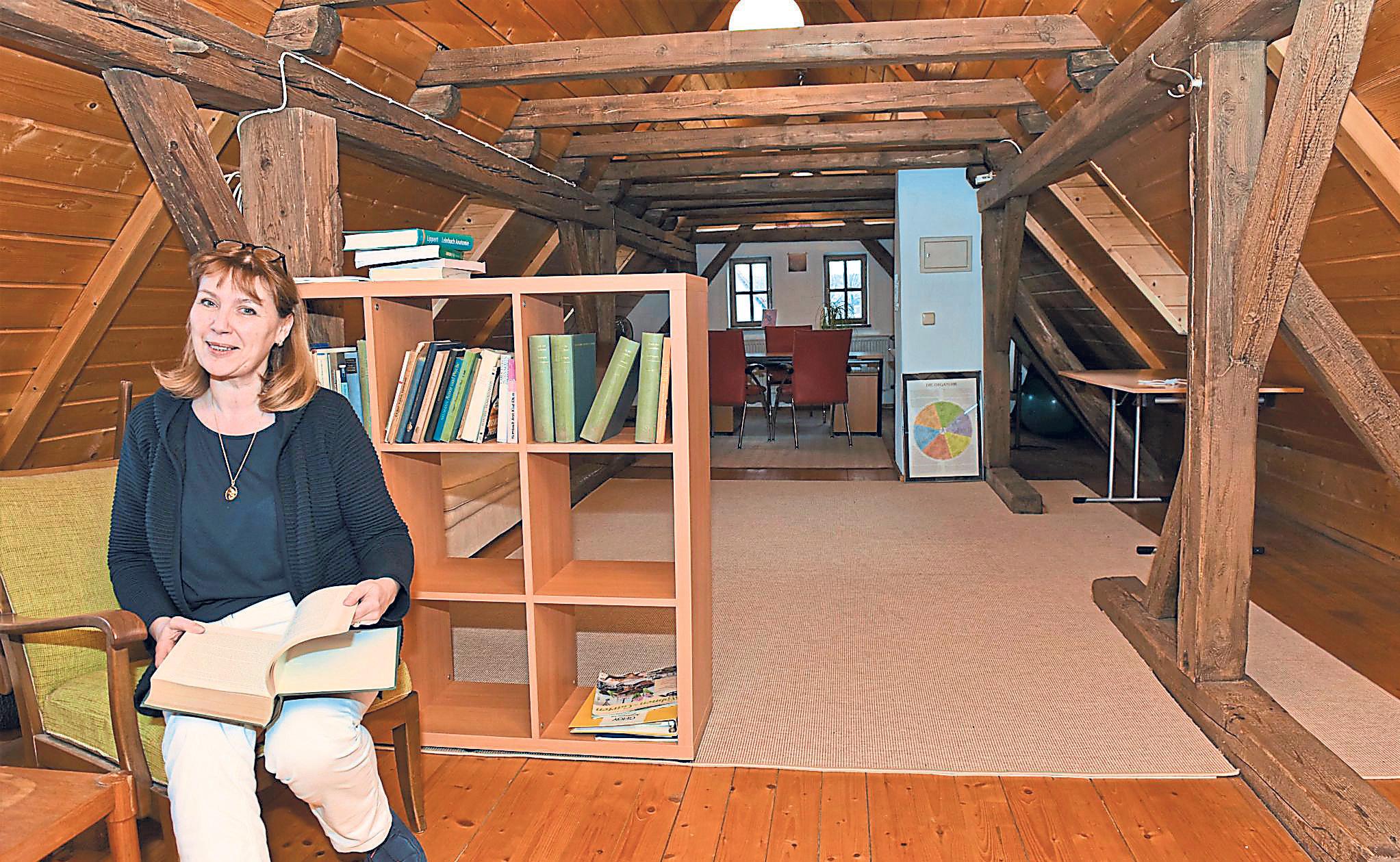 Zur Akademie gehört neben dem Seminarraum auch ein gemütlicher Leseraum mit Bibliothek, wo sich nicht nur Cornelia Sichelschmidt gerne aufhält. Fotos: Hammerl