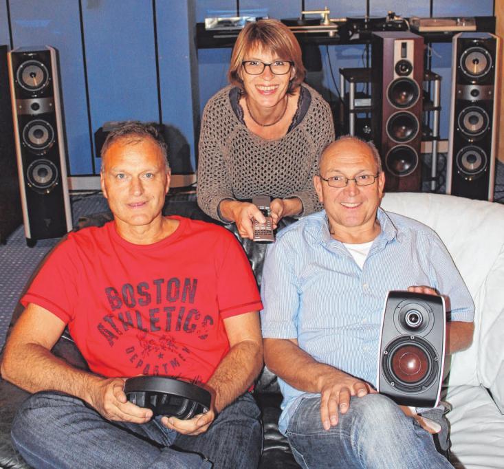 Hans-Jürgen Merk (von links), Sabine Kramer-Huchler und Markus Schuck im hauseigenen Tonstudio. FOTO: J:SCHERB