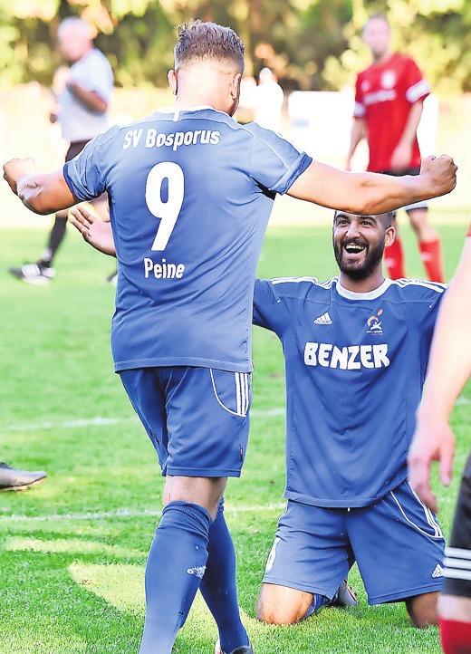 Neuzugänge unter sich: Mohammed El-Achi (rechts) und Tarek Derbazi feiern ein Tor bei der Stadtmeisterschaft.