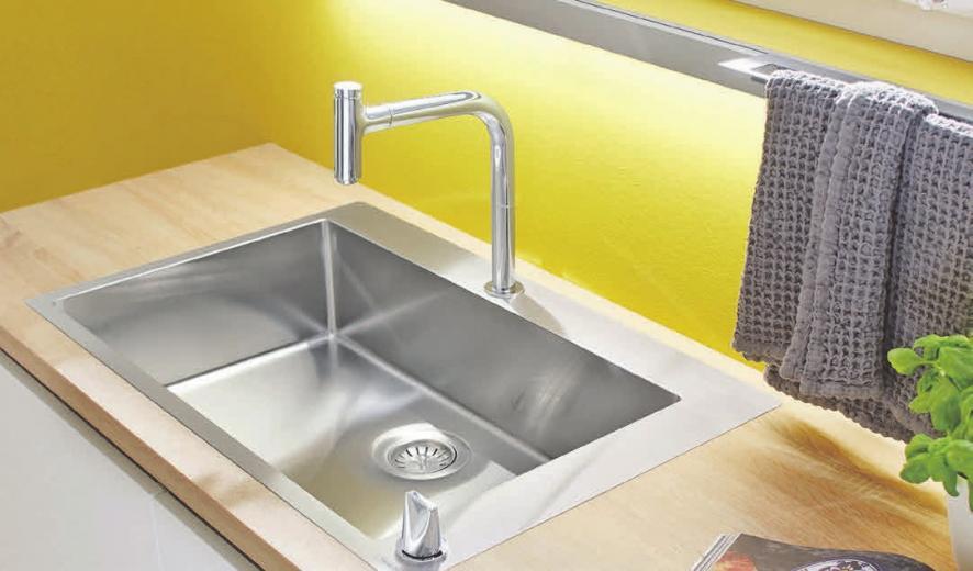 Die Spülenkombination verbindet Wasserhahn, Spülbecken und Zubehör zu einem in Design und Funktion aufeinander abgestimmten Team. Foto: Studioraum GmbH/spp-o