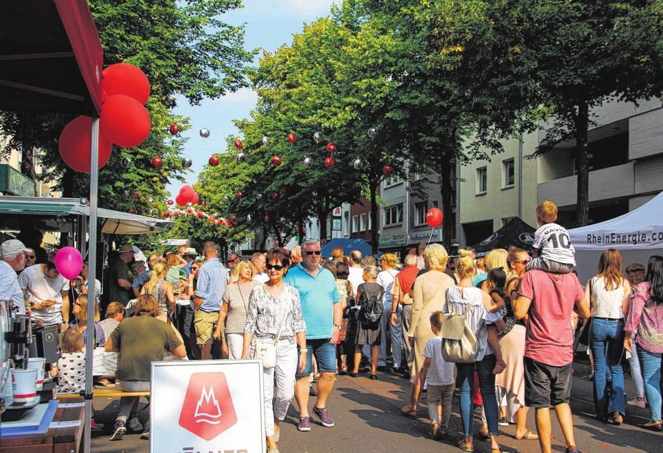 """Das Stadtteilfest """"Lindenthaler Flair"""" auf der Dürener Straße ist jedes Jahr ein Publikumsmagnet. Foto: Archiv/Broch"""