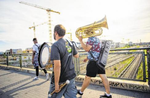 """Auch außerhalb aller Institutionen wird Jazz in Berlin gelebt: Dieses Band-Foto entstand am Tag der """"Fête de la Musique"""" am 21. Juni 2017 PA/GREGOR FISCHER"""
