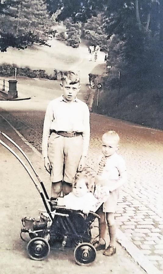 Walter Caska und seine Geschwister – damals ließ sich auf den Straßen noch gut spielen. Foto: Walter Caska