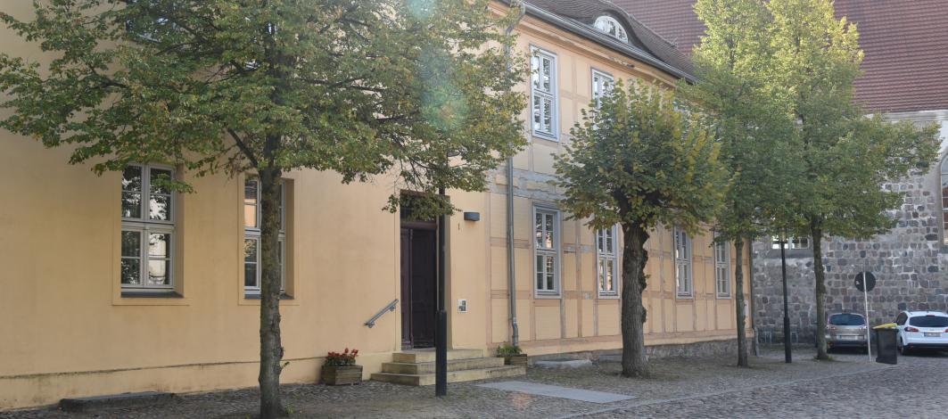 Das älteste Haus von Rheinsberg in der Kirchstraße 1, wurde 2004 saniert und es leben dort in den insgesamt 13 Wohnungen pflegebedürftige Menschen der pro Seniorenpflege. Bis zu der neu errichteten Begegnungsstätte auf dem Hof haben es die Senioren nicht weit. Fotos (3): Inez Bandoly