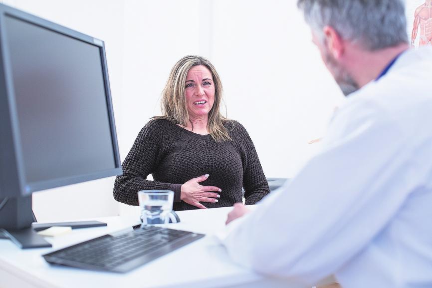 Schmerzen im Brustkorb sind häufig eine Begleiterscheinung anderer Erkrankungen. Deswegen sollte man unbedingt zum Arzt gehen. FOTO: DPA