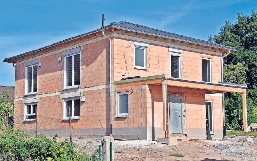 Im Ebersdorfer Ortsteil Frohnlach errichtete die Firma Kröckel-Bau aus Sonnefeld das Traumhaus der jungen Familie. Foto: Helga Schmidt