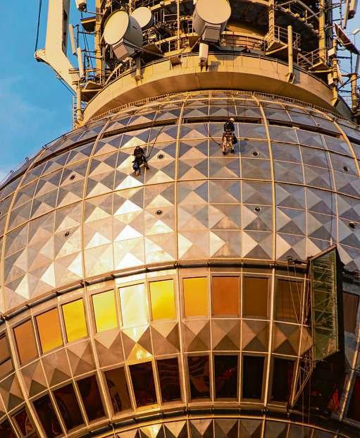Reinigungsarbeiten am Fernsehturm: Zu den Top-200-Unternehmen gehören auch Gebäudedienstleister ISTOCK/JUHLA