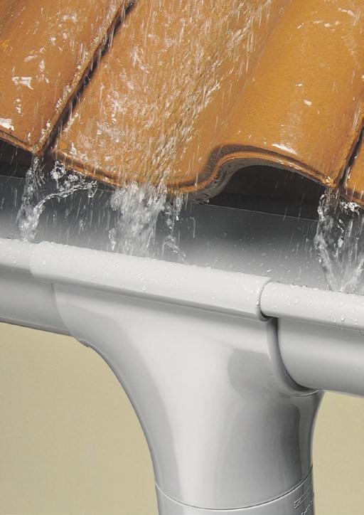 Ein gutes und intaktes Dachrinnensystem schützt Gebäude vor Schäden durch heftigen Regen und Spritzwasser.                                    Foto:djd/Marley Deutschland