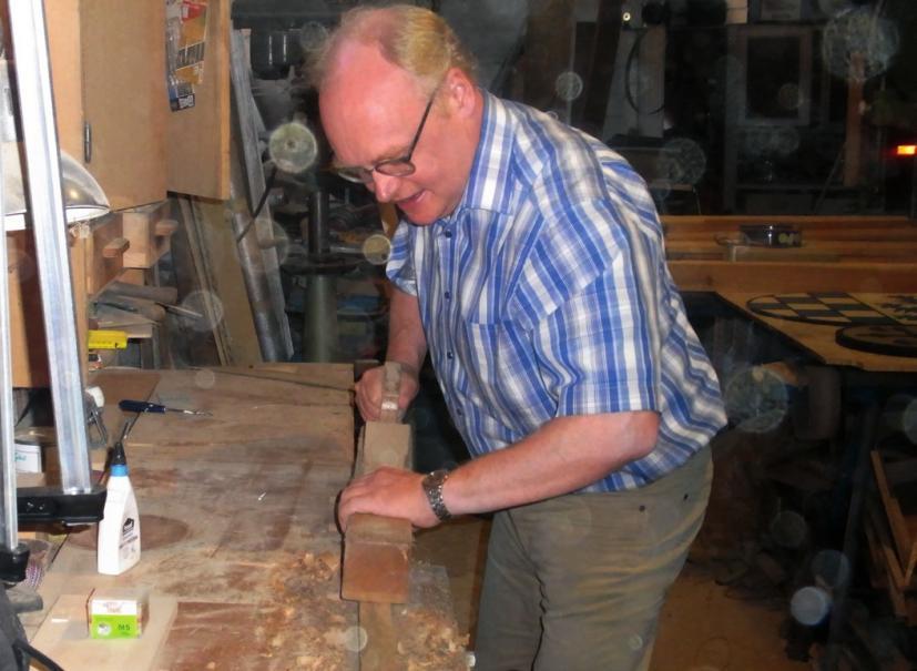 Gelernt ist gelernt: Vor seinem Studium absolvierte der Architekt eine Tischlerlehre und werkelt heute noch gerne.