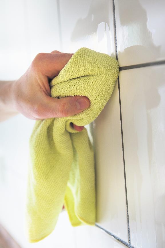 Um Schimmel vorzubeugen, sollten nasse Fliesen direkt mit einem trockenen Tuch abgewischt werden.