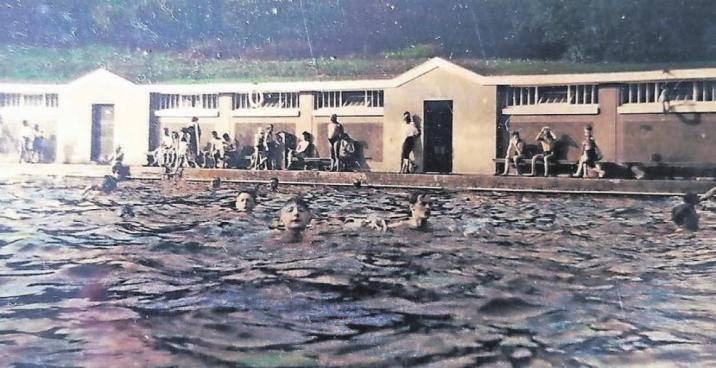 Das Freibad Mirke wurde 1851 von dem Elberfelder Bürger W. Teschemacher für den Schwimmunterricht angelegt. In den 1920er Jahren erhielt es hölzerne Umkleiden. Viele Jahre lang wurde es von den Elberfeldern gerne genutzt. Auch Herbert Köhrmann verbrachte dort viele Sommer-Stunden und hat in seinemFoto-Album dieses schöne Erinnerungsfoto.