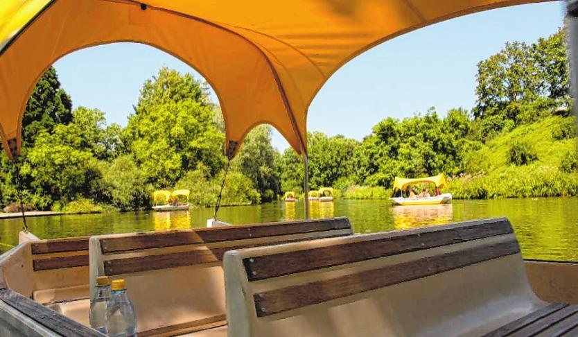 Bei einer Bootstour in den Gondolettas können Groß und Klein schöne Stunden im Luisenpark verbringen.