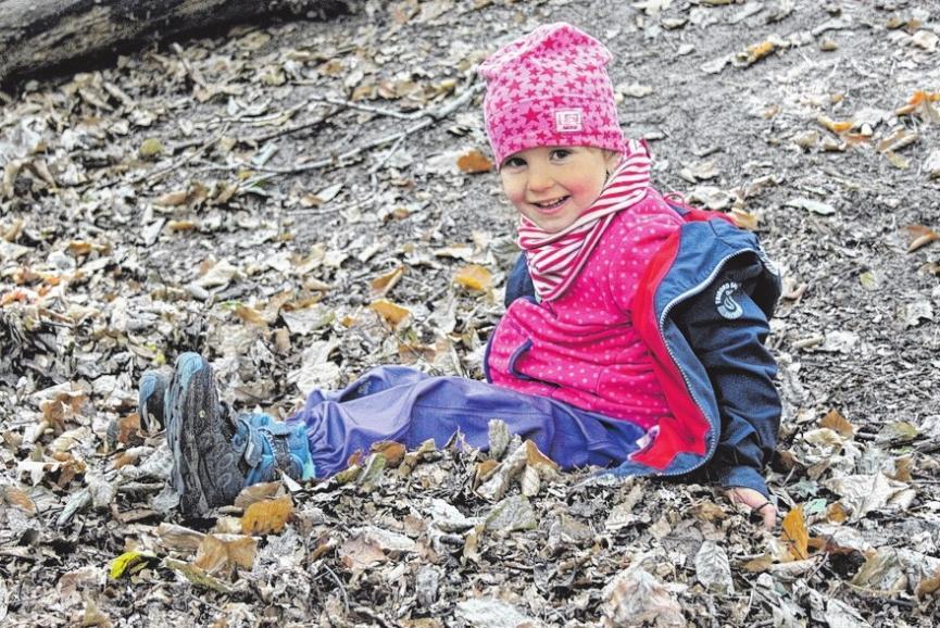 Matilda macht das Springen in ein Laubbett viel Spaß. Im Wald findet sich fast alles, was man zum Spielen braucht.