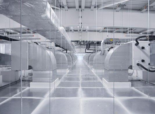 Bei den Reinräumen kamen spezielle Decken- und Wandkonstruktionen zum Einsatz. Außerdem wurde ein ausgeklügeltes Belüftungssystem mit einer abwärts gerichteten Luftströmung über Filter-Fan- Units konzipiert, das sehr energieeffizient arbeitet. © Braunform GmbH