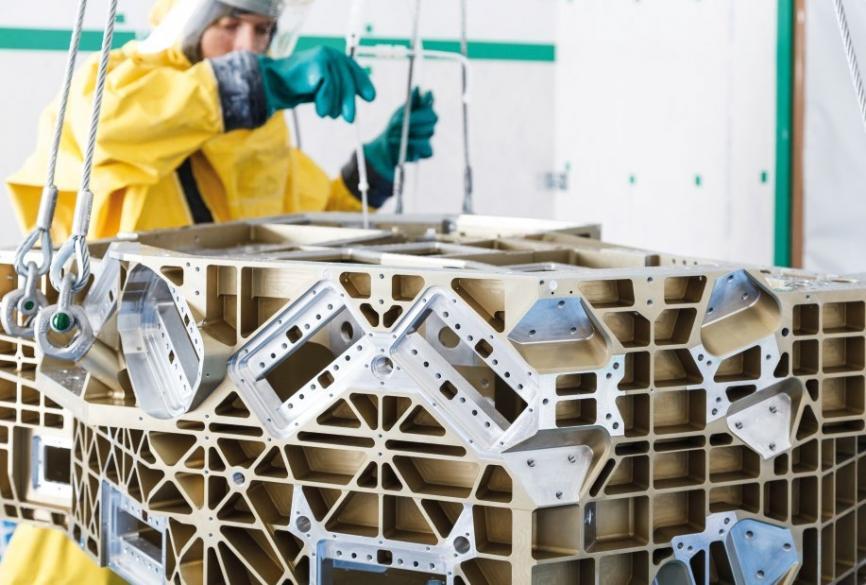 Das Fraunhofer IPA bewältigt selbst die Reinigung hochkomplexer, schwer reinigbarer Großbauteile.©Fraunhofer IPA und OHB System AG