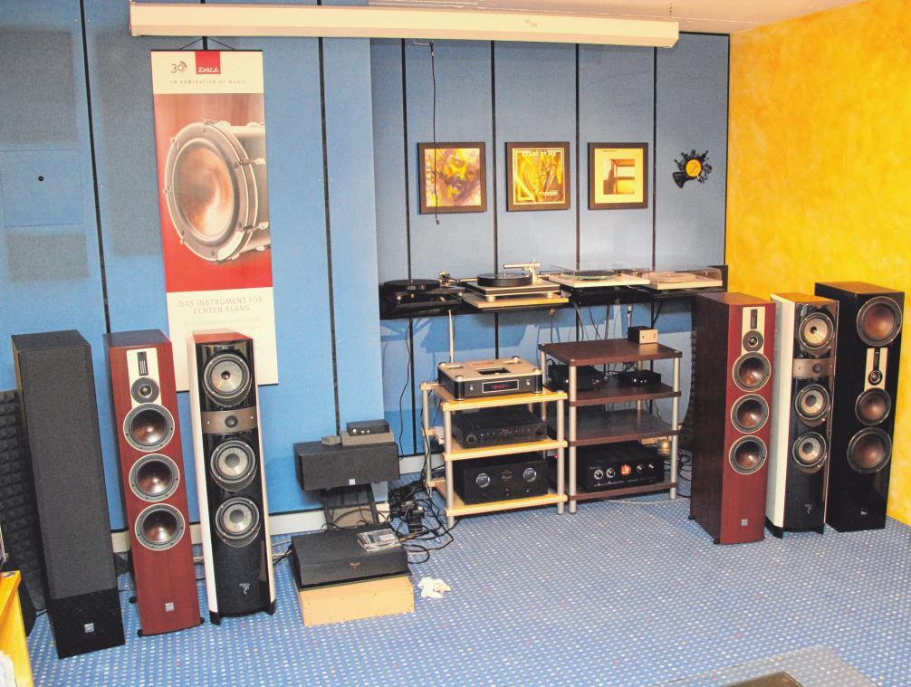 Alte Vinylplatten zieren den Abgang zum hauseigenen Tonstudio in Warthausen.