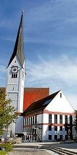 Die heutige Kirche ist größer als die alte, womit den Bedürfnissen der stark angewachsenen Pfarrgemeinde Rechnung getragen wurde. Foto: Schönthier