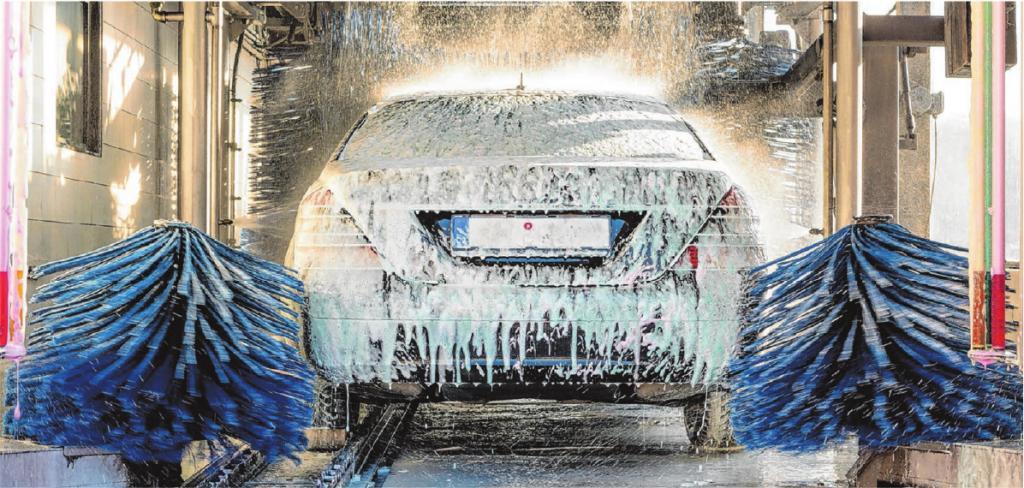 Eine gründliche Wäsche tut dem Wagen vor allem in der Winterzeit gut: Korrosive Salzablagerungen werden so entfernt. © Nadezda Murmakova/Shutterstock.com