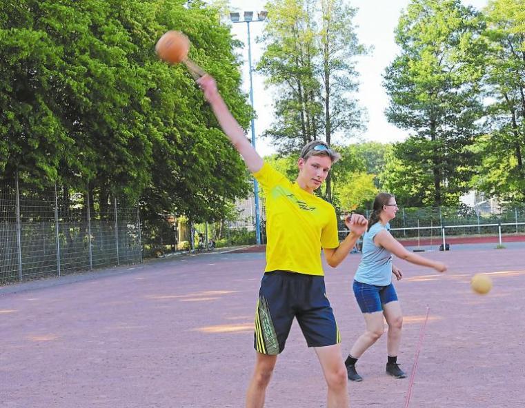 Trainer Daniel Welling vom SC Westfalia Kinderhaus vergibt das Sportabzeichen an fitte Familien Image 2
