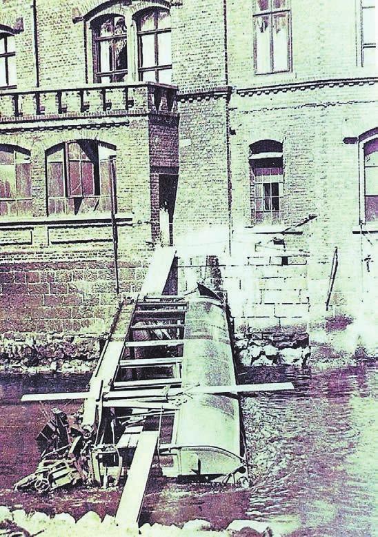 """Spektakuläre Bilder auch schon aus der Frühzeit der Schwebebahn: Am 1. Mai 1917 kollidierte eine Schwebebahn mit einem defekten Zug und fiel daraufhin in Höhe der heutigen Brändströmstraße in die Wupper. Foto: aus dem Bildband """"Die Wuppertaler Schwebebahn"""" von Jürgen Eschmann"""