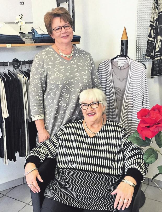 Inhaberin Ingrid Maibaum-Nierentz (unten) und Marion Busse (oben) sorgen auch für diesen Herbst für das passende Outfit. Foto: R. Thiel