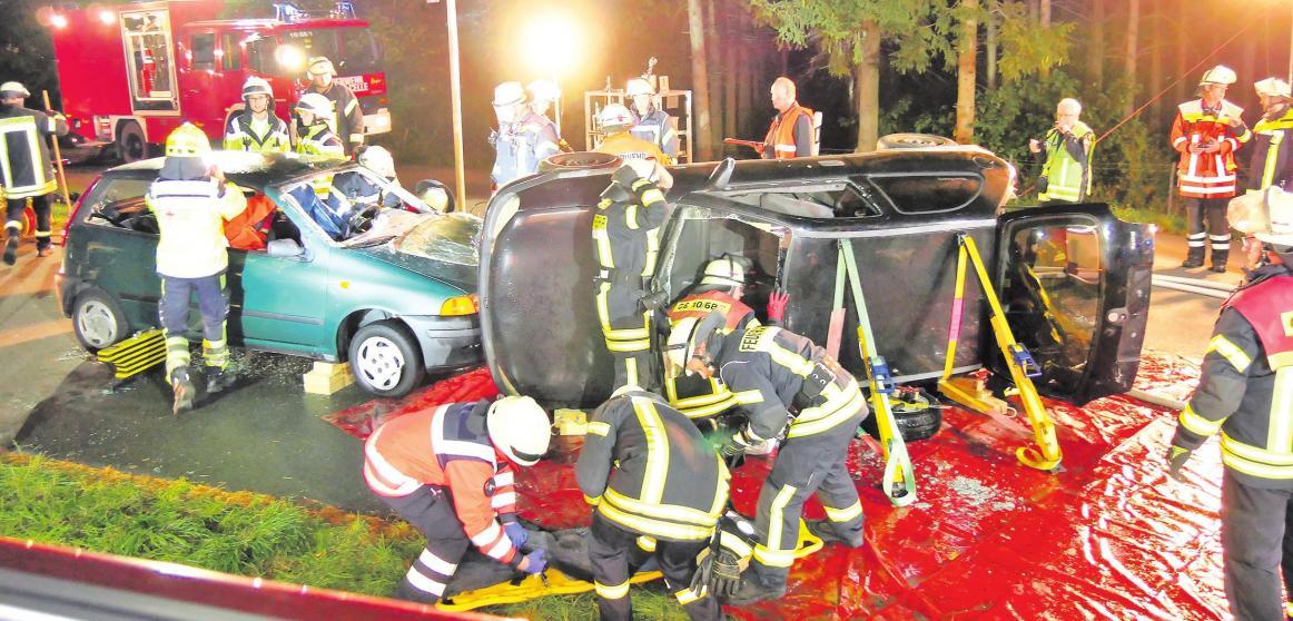 Einsatzkräfte an der simulierten Unfallstelle. Foto: Florian Persuhn