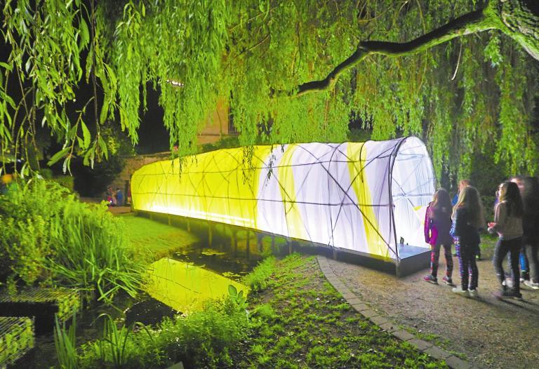 Im Stadtpark wird nicht nur Lichtkunst präsentiert. In diesem Jahr gibt es dort auch eine Lounge, die zum Entspannen einlädt. Foto: Guido Kratzke