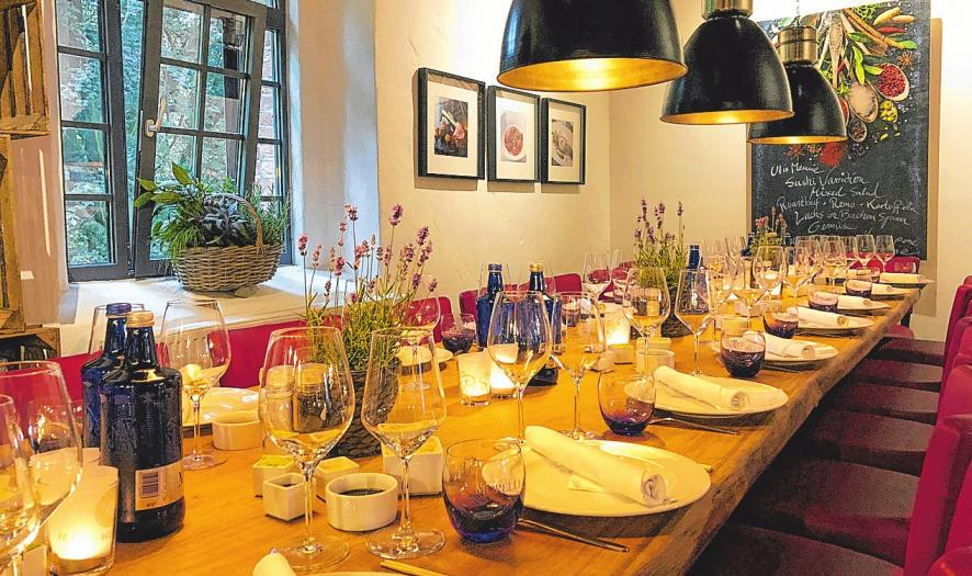 Fondue und Raclette sind beiWeihnachtsfeiern beliebt. An der alten Eichenbohle können 30 Gäste zugleich tafeln. FOTO: HFR