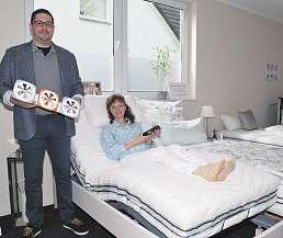 Marco Bünger und Svetlana Welling zeigen, wie ein Bett mit einem 4-motorigen Rahmen ideal einstellbar istFoto: Tina Jordan