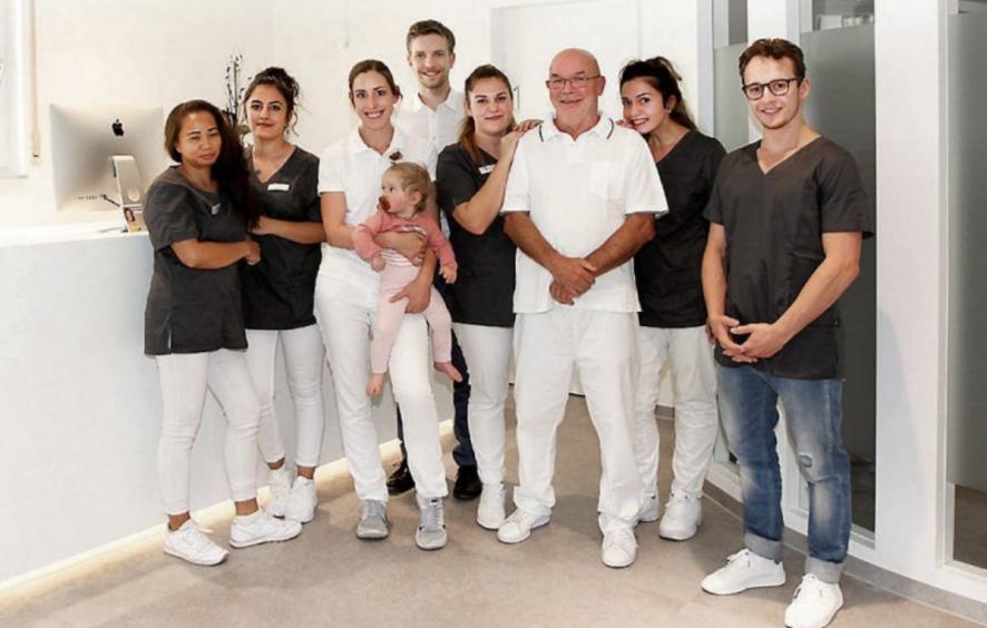 Zahnärztin Dr. Ina von der Gracht (3. v. li.) übernahm zum 1. Juli 2018 die Praxis von Hanns-Dieter Ruoff (3. v. re.) in der Herrenberger Straße 68 in Tübingen. Schwerpunkte des Ärzteteams sind ganzheitliche Zahnheilkunde, Funktionstherapie, Ästhetik und Implantologie. Bilder: Uhland2