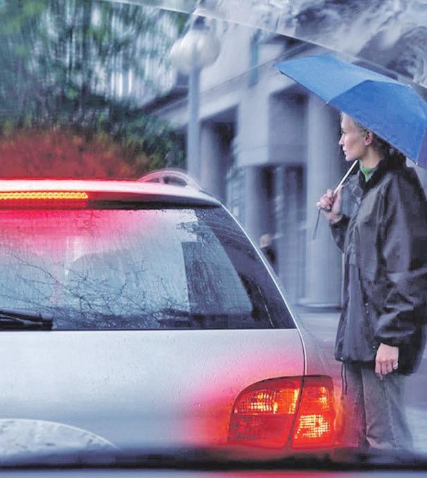 Mit einer korrekt eingestellten Fahrzeugbeleuchtung sowie mit neuen Scheibenwischern können Autofahrer ihren Pkw auf die nasskalte Jahreszeit vorbereiten. Foto: djd/Robert Bosch GmbH