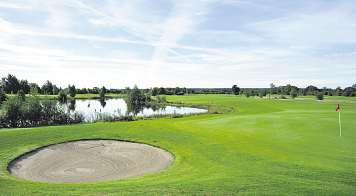 Das Golfspielen kann jeder auf dem malerisch gelegenen Gut Bissenmoor lernen Foto: Tina Jordan
